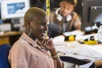 Creativo donna di affari sorridente che lavora nell'ufficio — Foto stock