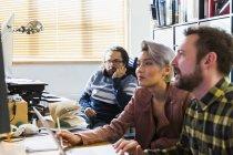 Reunión creativa de empresarios en la oficina - foto de stock