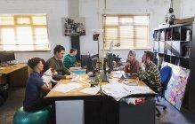 Kreative Geschäftsleute bei der Arbeit, Treffen am Computer im Großraumbüro — Stockfoto