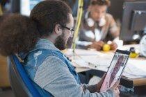 Творчі бізнесмен відео, спілкуватися в чаті з колегою в офісі — стокове фото
