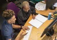 Kreative Geschäftsleute bei der Arbeit, Treffen am Computer im Büro — Stockfoto