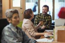 Réunion de gens d'affaires créatifs, parler au bureau — Photo de stock