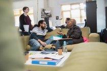 Kreative Geschäftsleute treffen sich, reden im Büro — Stockfoto