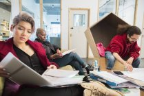 Persone di business creativo rivedere documenti in ufficio — Foto stock