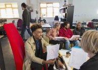 Réunion de gens d'affaires créatifs, discussion de la paperasserie dans un bureau ouvert — Photo de stock