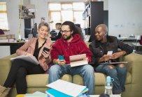 Kreative Geschäftsleute mit Smartphones in office — Stockfoto