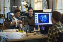 Gente de negocios creativos con perro en oficina abierta - foto de stock