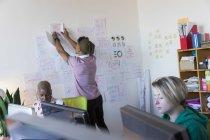 Творчі бізнесмен висить документи на стіні office — стокове фото