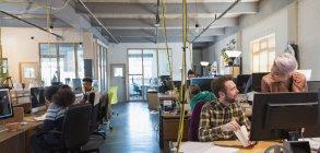 Creative бізнес людей, що працюють у кабінеті відкритого планування — стокове фото