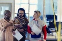 Творчі ділових людей, що використовують цифровий планшетний в офісі — стокове фото