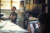 Творчі бізнесмен відео, спілкуватися в чаті з колегою цифровий планшетний ПК в офісі — стокове фото