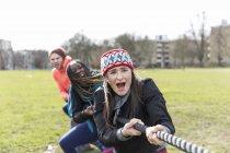 Визначається команда потягнувши мотузка в перетягування каната в парку — стокове фото