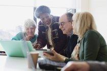 Старшие бизнесмены разговаривают в конференц-зале — стоковое фото
