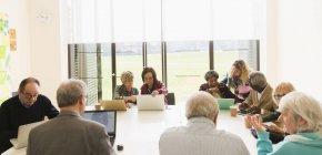 Gens d'affaires senior réunion salle de conférence — Photo de stock