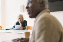 Senior geschäftsfrau mit digital-Tablette in Zimmer Tagung — Stockfoto