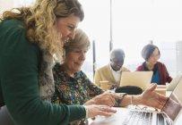 Geschäftsfrauen nutzen Laptop im Konferenzraum — Stockfoto