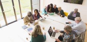 Senior-Geschäftsleute im Konferenzraum — Stockfoto