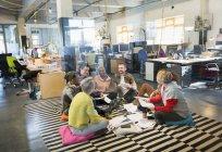 Réunion de l'équipe création d'entreprise, remue-méninges en cercle sur le sol — Photo de stock