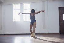 Graciosa jovem bailarina feminina praticando no estúdio de dança — Fotografia de Stock