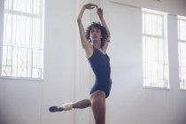 Concentré, gracieuse danseuse jeune pratiquant en studio de danse — Photo de stock