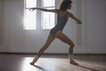 Gracieuse danseuse jeune pratiquant en studio de danse — Photo de stock