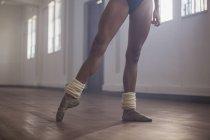Anmutige junge weibliche Ballett-Tänzerin im Tanzstudio üben — Stockfoto
