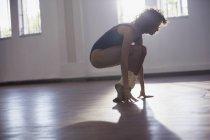 Сильні молоді жінки танцюрист розтягування пальці в студії танцю — стокове фото