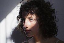 Portrait belle, sérieuse jeune femme au soleil — Photo de stock