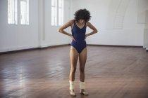 Dédié jeune danseuse pratiquant dans le studio de danse — Photo de stock