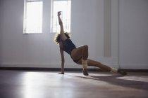 Витончені молода жінка танцюрист практикуючих в студії танцю — стокове фото