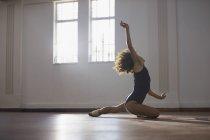 Graciosa jovem dançarina praticando no estúdio de dança — Fotografia de Stock