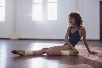 Fort jeune danseuse qui s'étend de jambe au studio de danse — Photo de stock