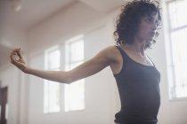 Fokussierte, entschlossene Junge Tänzerin stretching im Tanzstudio — Stockfoto