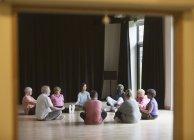Personas mayores activas meditando en círculo - foto de stock