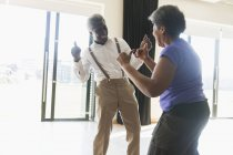 Грайливий, активних старшим пара танці — стокове фото