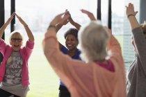 Glückliche aktive senior Frauen Sport treiben, streckte die Arme über Kopf in Übung — Stockfoto