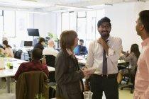 Les gens d'affaires parlent et mangent au bureau — Photo de stock