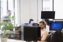 Pessoas de negócios, trabalhando no escritório — Fotografia de Stock