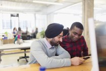 Geschäftsleute nutzen Smartphone im Büro — Stockfoto