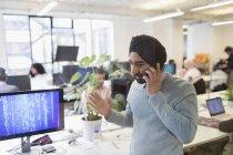 Індійська програміст в тюрбан говорити на смарт-телефону в офісі — стокове фото