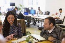 Les gens d'affaires parlent en réunion de bureau — Photo de stock