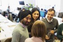 Деловые люди разговаривают в офисе — стоковое фото
