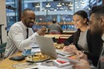 Réunion de gens d'affaires, travaillant à un ordinateur portable dans un café — Photo de stock
