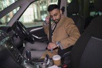 Бизнесмен пристегивает ремень безопасности в машине — стоковое фото