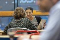 Empresárias com tablet digital conversando, trabalhando no café — Fotografia de Stock