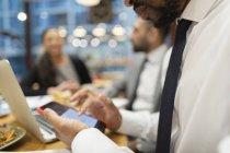 Chiudi uomo d'affari utilizzando lo smart phone nel caffè — Foto stock
