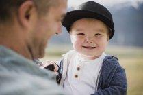 Porträt niedlichen Baby Boy über Vater s Schulter — Stockfoto