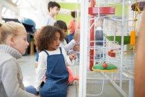 Enfants curieux regardant l'exposition dans le centre des sciences — Photo de stock