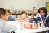 Neugierige Kinder beim naturwissenschaftlichen Experiment — Stockfoto