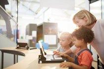 Lehrer und Schülerinnen mit Laptop im Science Center — Stockfoto